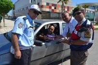 GÖRME ENGELLİ - Bayram Öncesi Jandarma Ve Polisten Sürücülere Tatlı İkramı