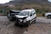 Gümüşhane'de İki Araç Kafa Kafaya Çarpıştı Açıklaması 6 Yaralı