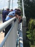 TAHKİKAT - Polis İntihar Etmek İsteyen Genci Köprünün Demirlerine Kelepçeledi