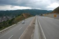 TOPRAK KAYMASI - Tokat'ta Heyelan Tehlikesiyle Kapanan Yol Ulaşıma Açıldı