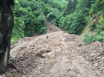 TOPRAK KAYMASI - Trabzon'da Yağışlar Sonrası Yaşanan Heyelanlara Ekipler Müdahale Ediyor