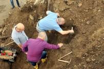YOL ÇALIŞMASI - Yol Çalışmasında 2 Tarihi Mezar Bulundu