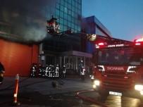SAĞLIK EKİPLERİ - İstanbul'da 5 Katlı İş Merkezinde Yangın