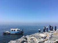 SAĞLIK EKİPLERİ - Pendik Sahilde Bir Erkek Cesedi Bulundu