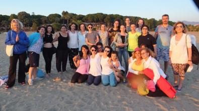 Plajda Yoga İle Stres Attılar