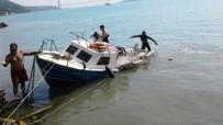 BALIKÇI TEKNESİ - Balıkçı Teknesi Kayalıklara Çarptı Açıklaması 3 Yaralı