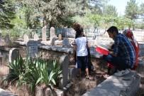 Elazığ'da Arefe Günü Mezarlıklar Doldu Taştı