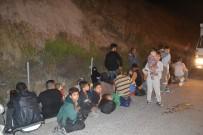 POLİS EKİPLERİ - İzmir'de Kamyonetin Kasasında 47 Göçmen Yakalandı