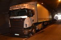 ŞERİT İHLALİ - Tünelde 3 Araç Birbirine Girdi Açıklaması 10 Yaralı