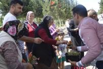 ANNELER GÜNÜ - Mezarlık Ziyaretine Gelenlerin Kucakları Çiçeklerle Doldu
