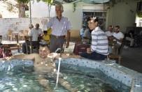 Bayramda Sıcaktan Bunalan Kahveci Çay Bahçesinin Havuzunda Serinliyor