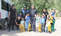 BAYRAM HEDİYESİ - Hakkari Polisi Sınırdaki Çocukları Sevindirdi