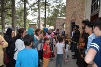 ERTUĞRUL GAZI - Ertuğrul Gazi Türbesi Bayramda Ziyaretçi Akınına Uğradı