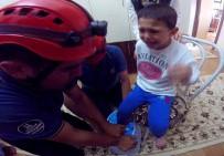 Ayağı Plastik Tabureye Sıkışan Çocuğu İtfaiye Kurtardı