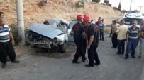 ALI AKPıNAR - Otomobil Elektrik Direğine Çarptı Açıklaması 1 Ölü, 4 Yaralı
