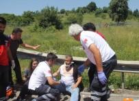 TEM OTOYOLU - Bariyerlere Çarpan Araçta 5 Kişi Yaralandı