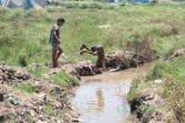 SU TESİSATI - Suriyeli Çocuklar Lağım Sularında Serinliyor