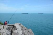 BALIK AVI - Amatör Balıkçılar Kayalıklarda Balık Avladı