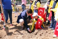 FOLKLOR - Başkan Subaşıoğlu Öğrencilerle Hobi Bahçelerine Fidan Dikti