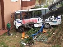 HILMI ÖZKÖK - Freni Patlayan Midibüs Bahçeye Uçtu Açıklaması 9 Yaralı