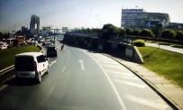 KARARSıZLıK - Merter D-100'De Yola Savrulan Motosikletli Kamerada