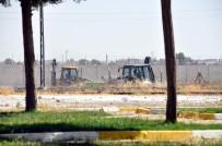 RAKKA - Suriye Sınırında İş Makinelerinin Hareketliliği