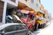 DEV VİNÇ - Sürücüsüz vinç 2 otomobili biçti