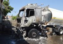 AKARYAKIT TANKERİ - Akaryakıt tankeri patladı: 2 yaralı