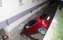 KADIN SÜRÜCÜ - Acemi Kadın Sürücü Otomobil İle Apartmanın Bahçesine Düştü