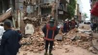 ÇÖKME TEHLİKESİ - Fatih'te Metruk Bina Çöktü