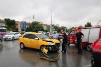 ZÜBEYDE HANıM - Trafik Kazasında Kırılan Otomobilin Camları Yüzüne İsabet Eden 1 Kişi Yaralandı