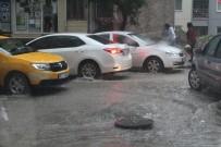 ŞİDDETLİ YAĞIŞ - Yollar Nehre Döndü, Kanalizasyon Kapakları Yerinden Çıktı