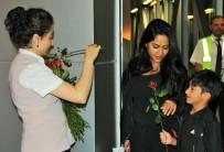 MİLAS BODRUM HAVALİMANI - Bodrum'a Gelen Araplar Kırmızı Güllerle Karşılandı