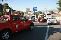 ARAÇ KONVOYU - Freni Patlayan Midibüs Işıkta Bekleyen Araçlara Çarptı Açıklaması 16 Yaralı