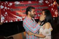 EVLİLİK TEKLİFİ - Genç Aşık, Sevdiği Kıza Kahve Fincanına Koyduğu Yüzükle Evlenme Teklifi Etti