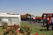 HAFRİYAT KAMYONU - Tur Minibüsü Kamyonla Çarpıştı Açıklaması 15 Yaralı