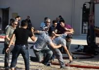 POLİS MÜDAHALE - Bursa'daki Boya Fabrikası Yangınında Tekme Tokat Kavga Çıktı