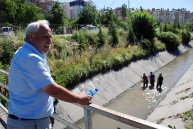 Sulama kanalına düşen otomobilde kaybolan oğlunu arıyor