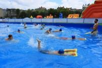 SULTANGAZİ BELEDİYESİ - Sultangazili Çocuklar Portatif Havuzda Suyun Tadını Çıkardı