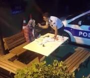 ALZHEIMER - Polis, Yaşlı Ve Hasta Olan Kadını Elleriyle Besledi