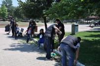HIKMET ŞAHIN - Suriyelilerden Park Temizliği
