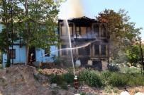 Başkent'te İki Tarihi Binada Yangın Açıklaması Binalardan Biri Çöktü, Diğeri Küle Döndü