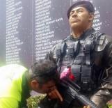 BEYOĞLU BELEDIYESI - Trafik Polisi, Ömer Halisdemir Heykelinin Elini Öptü