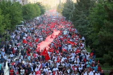 Diyarbakırlılar 250 metrelik Türk bayrağıyla yürüdüler