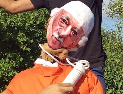 Fetullah Gülen'in boynuna urgan geçirilen kuklası dikkat çekti
