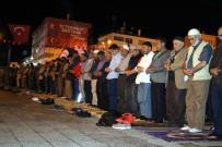 ANMA ETKİNLİĞİ - Demokrasi Nöbetindeki Yozgatlılar Sabah Namazını Meydanda Kıldı
