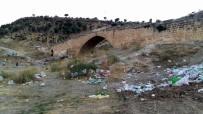 KOMMAGENE - Cendere Köprüsündeki Çöpler Turistlerin Tepkisini Çekiyor