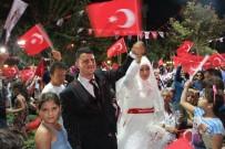 SAYGI DURUŞU - Gelin Ve Damat Düğün Öncesi Demokrasi Nöbetine Geldi