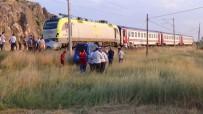 ULUKÖY - Kütahya'da Raybüsle Otomobil Çarpıştı Açıklaması 1 Ölü, 3 Yaralı