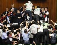 MUHALEFET - Tayvanlı Milletvekilleri Birbirine Girdi